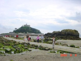 St. Michael's Mount 人が通る